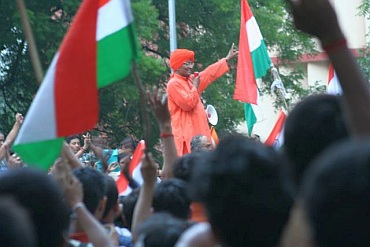 Swami Agnivesh addressing protestors at Jantar Mantar
