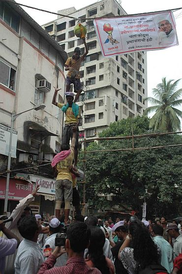 Hazare supporters in Mumbai organise an 'anti-corruption Dahi Handi' on Wednesday