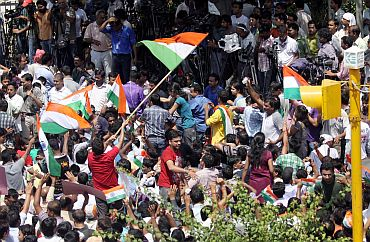 Hazare supporters throng outside Tihar Jail in New Delhi on Wednesday