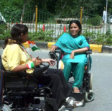 Ishu Sharma and Neeru Gautam protest in front of the Tihar Jail on Wednesday