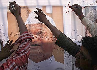 Anna Hazare supporters outside Tihar jail