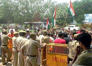 Anna Hazare's supporters throng Ramleela ground on Thursday