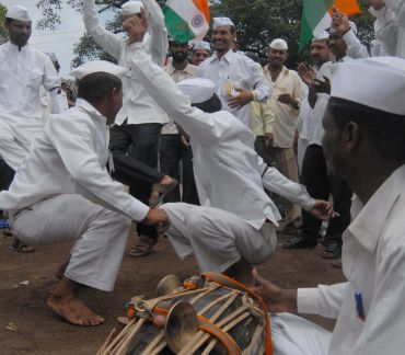 Dabbawalas sing and dance as they protest against corruption