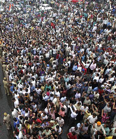 Supporters cheer Anna Hazare