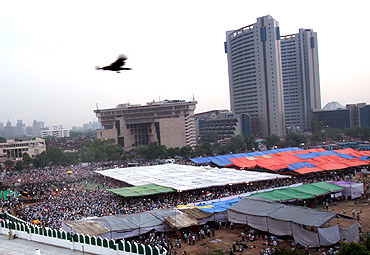 Hazare's supporters gather at Ramlila Maidan