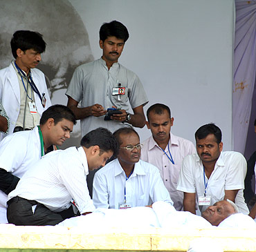 Anna Hazare is examined by a team of doctors on the eighth day of his fasting at Ramlila grounds in New Delhi