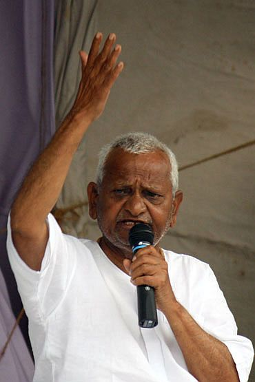 Anna Hazare addresses the crowd at the Ramlila Maidan