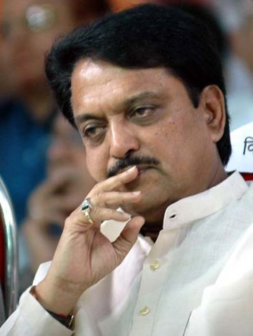 Deshmukh meets Hazare with appeal to end fast