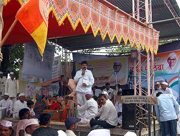 Sarpanch Jaysingh Mapari addresses the villagers of  Ralegan Siddhi