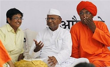 Anna Hazare with close aides Kiran Bedi and Swami Agnivesh