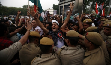 Police try to stop supporters of Hazare from marching towards the residence of Dr Singh in New Delhi