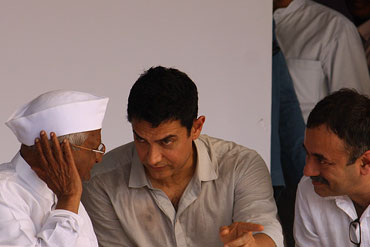 Anna Hazare with Aamir Khan and Raju Hirani at Ramlila Maidan