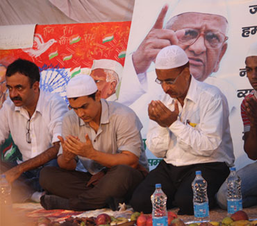 Aamir Khan breaks his 'roza' with Hazare's supporters