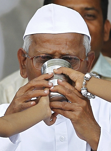 Anna Hazare drinks coconut water and honey to end his fast at Ramlila Maidan in New Delhi