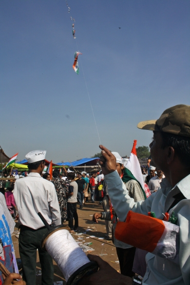 Hazare's followers fly the tri-coloured kite at Ramlila Maidan