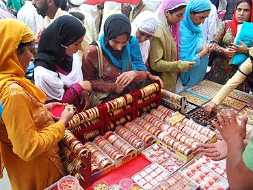 PHOTOS: Srinagar busies itself in Eid shopping