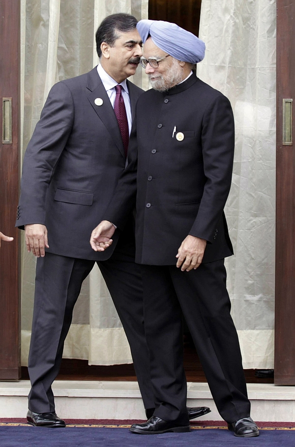 PM Manmohan Singh with his Pakistani counterpart Yousuf Raza Gilani