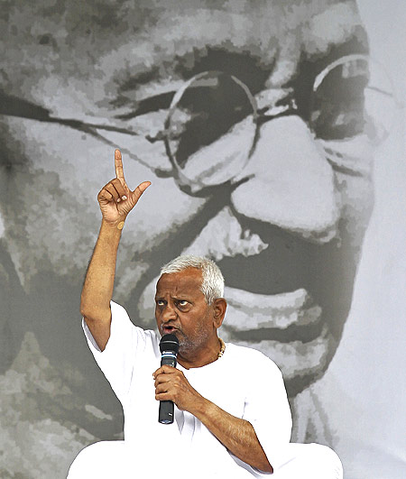 Anti-corruption crusade Anna Hazare addresses his supporters at a rally in New Delhi