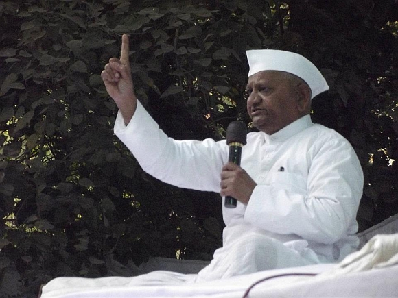 Hazare addresses his supporters at Jantar Mantar