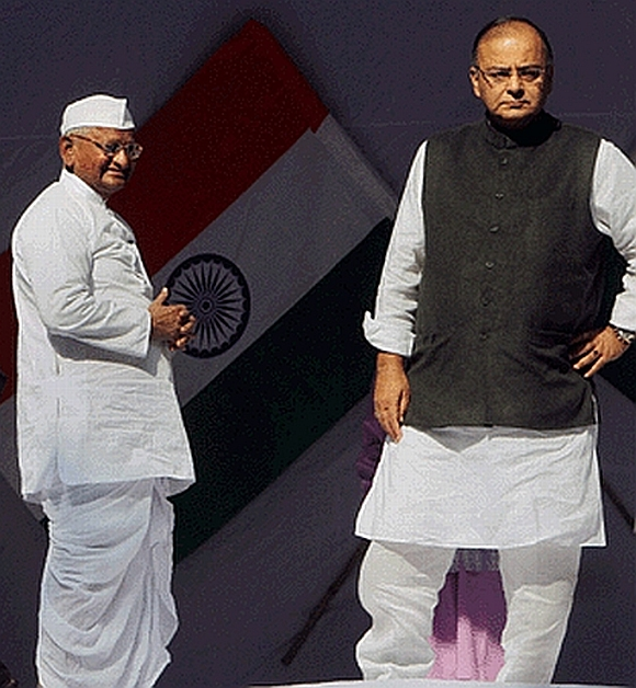 Anna Hazare with BJP leader Arun Jaitley at the Lokpal debate in Jantar Mantar