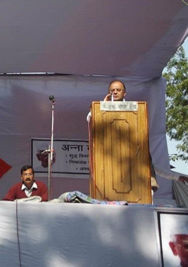 Jaitley addresses the crowd at Jantar Mantar, as Team Anna member Arvind Kejriwal watches on