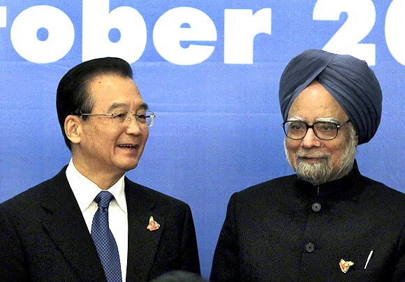 China's Premier Wen Jiabao with Indian Prime Minister Manmohan Singh during at the 5th East Asia Summit in Hanoi, October 30, 2010
