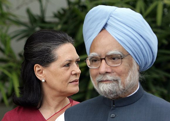 PM Manmohan Singh and Congress chief Sonia Gandhi addressing mediapersons in Delhi