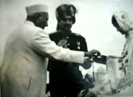 Mrs Sekhon receives the Param Vir Chakra her husband Flying Officer Nirmal Jit Singh Sekhon won for his courage from President V V Giri.