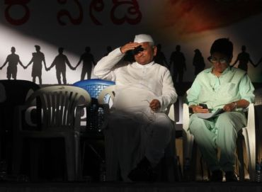 Anna Hazare with Kiran Bedi at a rally in Bangalore