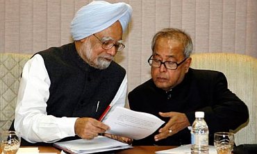 Finance Minister Pranab Mukherjee briefed PM on salient features of Lokpal Bill on Sunday