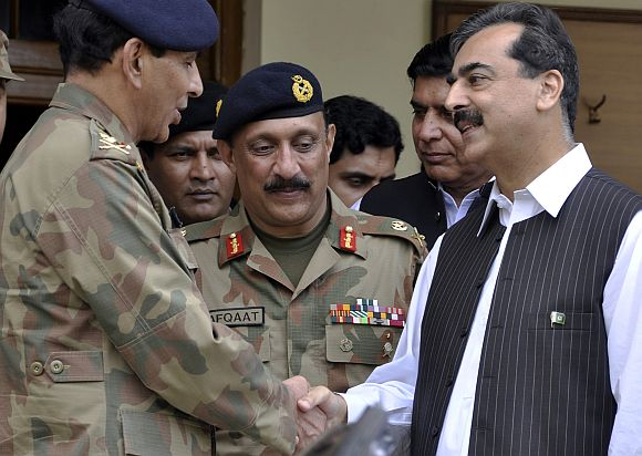 Pakistan prime minister Gilani with army chief Kayani