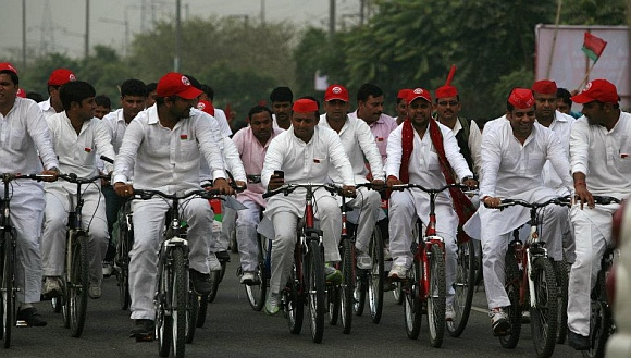 Akhilesh Yadav (with cell phone) during his Ummeed Ki Cycle rally
