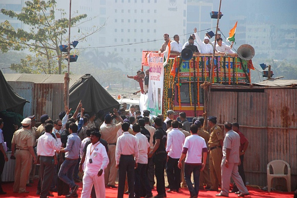 Anna Hazare arrives at MMRDA grounds with Kiran Bedi and other supporters