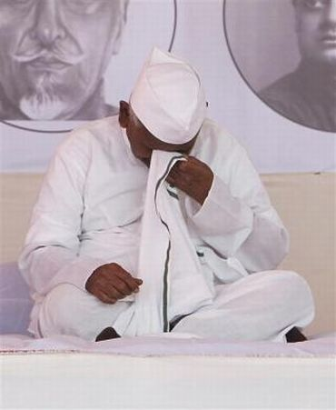 Hazare must end fast now or risk kidney failure: Doctors