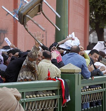 Opponents and supporters of Egypt's President Hosni Mubarak fought with fists, stones and clubs in Cairo