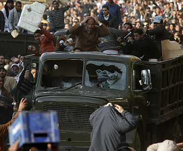 Pro and anti-Mubarak supporters clash at Tahrir Square
