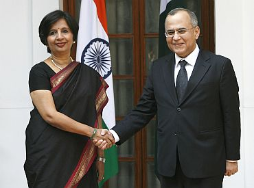 Foreign Secretary Nirupama Rao (L) shakes hands with her Pakistani counterpart Salman Bashir before their meeting in New Delhi on February 25, 2010