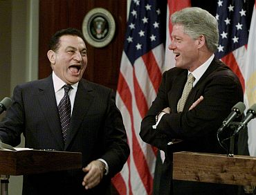 Mubarak shares a light moment with formers US President Bill Clinton