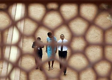 US President Barack Obama and wife Michelle visit the Humayun's tomb in Delhi