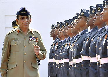 Pakistan army chief General Ashfaq Parvez Kayani reviews a guard of honour in Colombo.