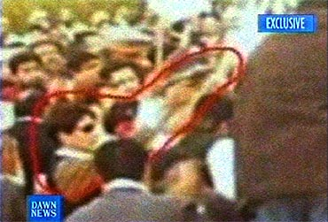 The man holding a handgun (circled in red) suspected of shooting Bhutto in Rawalpindi