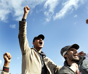 Tunisian members of 'Al Nusra' chant slogans protesting against Gaddafi at the Tunisian-Libyan border crossing
