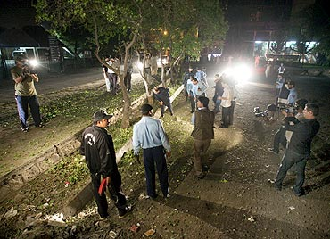 Police and journalists surround the site of an explosion in Islamabad on April 7, 2010