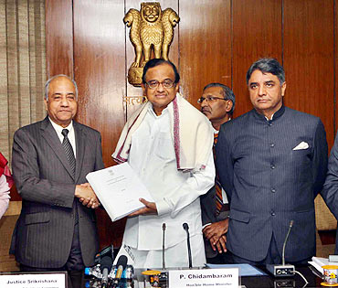 Justice Srikrishna submits the Telangana report to Home Minister P Chidambaram
