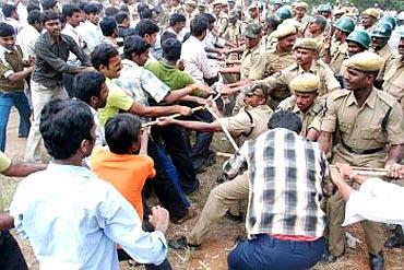 Police lathi-charge Telangana supporters