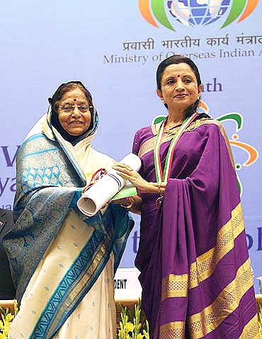 Lata Pada getting her award from the President
