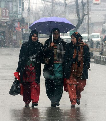 Kashmiris brave unusually harsh winter