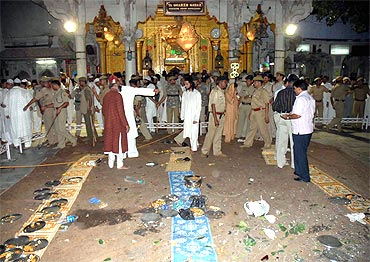 Security personnel inspect the site of a bomb blast at the shrine of Sufi saint Khwaja Moinuddin Chisty in Ajmer October 11, 2007