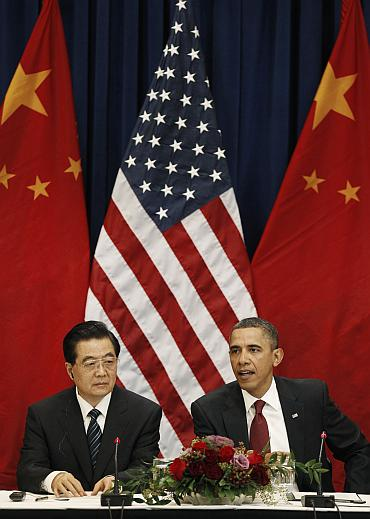 Obama and Chinese President Hu Jintao (L) attend a meeting with business leaders