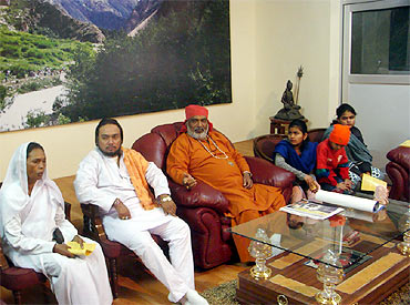 Maharaj Ram Nath Mishra (2nd left) with Kalkaji Mahant in New Delhi